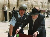 423israeli_police_protect_jew_at_ko